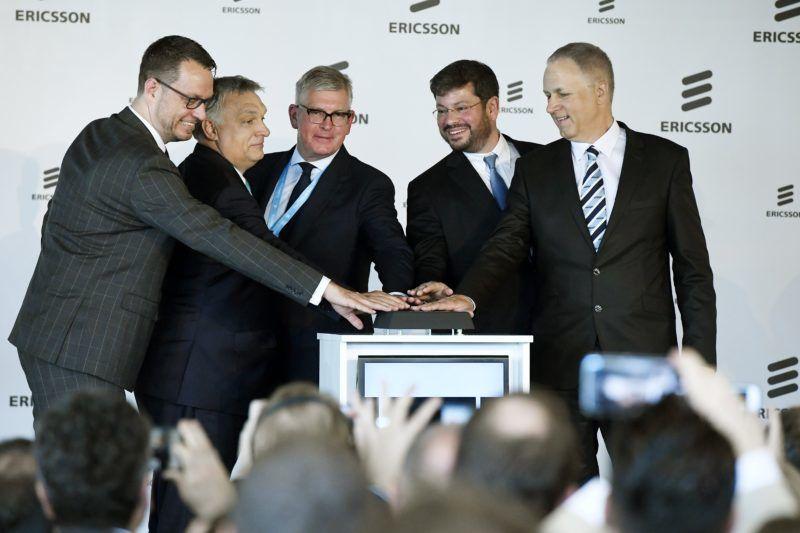 Budapest, 2018. május 29. Orbán Viktor miniszterelnök (b2), Niclas Trouvé, Svédország budapesti nagykövete (b), Börje Ekholm, az Ericsson Group elnök-vezérigazgatója (b3), Noah Steinberg, a WING Zrt. elnök-vezérigazgatója (j2) és Éry Gábor, az Ericsson Magyarország vezérigazgatója (j) az Ericsson Magyarország újonnan épült budapesti székháza és fejlesztési központja, az Ericsson Ház megnyitóünnepségén 2018. május 29-én MTI Fotó: Koszticsák Szilárd