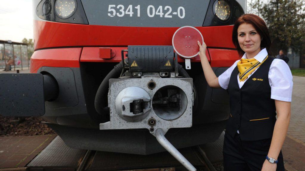 Budapest, 2014. november 14. A MÁV által 2015. augusztus 24-én közreadott képen a vasúttársaság új egyenruhája látható egy munkatársukon. Nettó közel egymilliárd forintért rendelt új egyenruhát a MÁV a formaruha viselésére jogosult, illetve kötelezett dolgozóinak. Az elsõ ruhákat már szeptemberben megkapja a MÁV, az utolsó kollekciót pedig legkésõbb 2018. január 1-jéig. MTI Fotó: MÁV