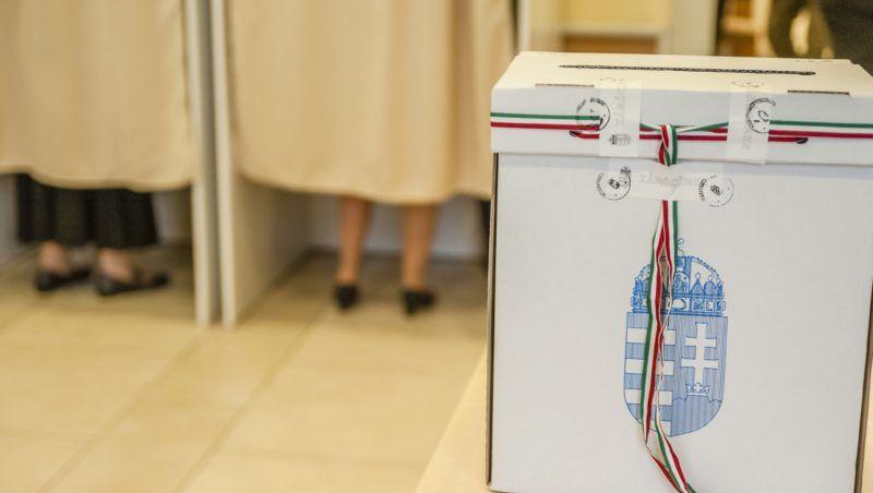 Csíkszereda, 2016. október 2. Egy urna a csíkszeredai fõkonzulátuson kialakított szavazókörben a kvótareferendum napján, 2016. október 2-án. A népszavazást a nem magyar állampolgárok Magyarországra történõ kötelezõ betelepítésével kapcsolatban írták ki. MTI Fotó: Veres Nándor