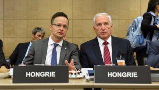 Párizs, 2017. június 8. A Külgazdasági és Külügyminisztérium (KKM) által közreadott képen Szijjártó Péter külgazdasági és külügyminiszter (b) és Mikola István biztonságpolitikai és nemzetközi együttmûködésért felelõs államtitkár a Gazdasági Együttmûködési és Fejlesztési Szervezet, az OECD miniszteri értekezletén Párizsban 2017. június 8-án. MTI Fotó: KKM