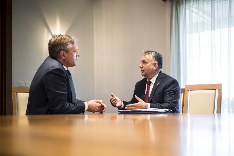 Szófia, 2018. május 16. A Miniszterelnöki Sajtóiroda által közzétett képen Orbán Viktor miniszterelnök (j) megbeszélést folytat Sybrand van Haersma Bumával, a holland Kereszténydemokrata Tömörülés (CDA) elnökével Szófiában 2018. május 16-án. Ezen a napon tartják az Európai Néppárt csúcstalálkozóját, majd este az Európai Unió állam- és kormányfõinek munkavacsoráját a bolgár fõvárosban. Másnap az EU és a nyugat-balkáni országok csúcstalálkozóját rendezik Szófiában. MTI Fotó: Miniszterelnöki Sajtóiroda / Szecsõdi Balázs