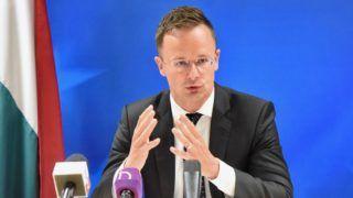 Brüsszel, 2018. május 22. A Külgazdasági és Külügyminisztérium (KKM) által közreadott képen Szijjártó Péter külgazdasági és külügyminiszter nyilatkozik a magyar sajtó brüsszeli képviselõinek 2018. május 22-én. Szijjártó Péter a Külügyek Tanácsa kereskedelmi formációjú ülésén (FAC / TRADE) és a Külügyek Tanácsa fejlesztési formációjú ülésén (FAC / DEVELOPMENT) veszt részt a belga fõvárosban. MTI Fotó: KKM / Szabó Árpád