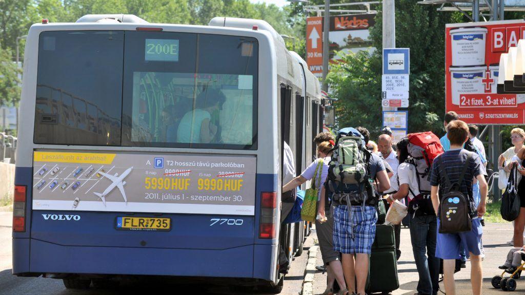 Budapest, 2011. június 21. Utasok szállnak fel a 200E jelzésû buszra a Határ úti ideiglenes végállomáson. Életbe lépett a vágányzár a 3-as metró vonalán a Határ út és Kõbánya-Kispest végállomás között, az utasokat ezen a szakaszon - várhatóan 2011. augusztus 24-ig - a BKV és a Volánbusz meghosszabbított útvonalú autóbuszjáratai szállítják. MTI Fotó: Máthé Zoltán