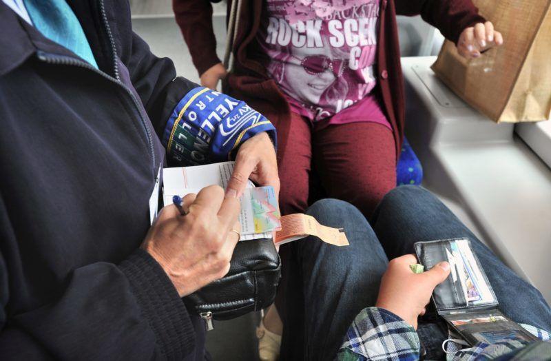 Budapest, 2011. július 4. BKV-ellenõr közterület-felügyelõ segítségével megbüntet egy érvényes jegy nélkül utazó utast a hatos villamoson, miután újra kezdõdött a közös akció a bliccelõk ellen. Az ellenõrzés szigorításának köszönhetõen jelentõsen növekedtek a BKV bevételei. MTI Fotó: Máthé Zoltán