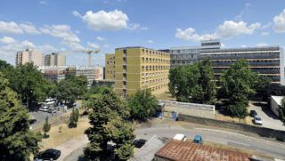 Dunaújváros, 2013. július 31. A dunaújvárosi Szent Pantaleon Kórház új mûtéti tömbjének szerkezetkész épülete (b), mellette középen a kórház régi épülettömbje 2013. július 31-én. Ezen a napon tartották az új mûtéti tömb bokrétaünnepségét. MTI Fotó: Máthé Zoltán