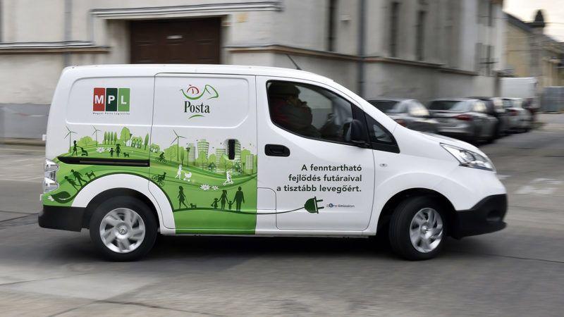 Budapest, 2016. december 14.Nissan eNV200 Van Acenta típusú kisáruszállító kézbesítőkocsi a Magyar Posta Zrt. új elektromos autóflottáját bemutató sajtótájékoztatón a Posta központi járműtelepén 2016. december 14-én. A vállalat 18 darab Nissan elektromos kisáruszállító autóval bővítette gépjárműflottáját, a fejlesztés összköltsége 127 millió forint plusz az ezt terhelő általános forgalmi adó (áfa).MTI Fotó: Máthé Zoltán