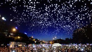 Budapest, 2017. május 28. A résztvevõk világító léggömböket engednek a magasba az eltûnt gyermekek világnapjához kapcsolódó, Ezer lámpás éjszakája elnevezésû rendezvényen Budapesten az Ötvenhatosok terén 2017. május 28-án. MTI Fotó: Máthé Zoltán