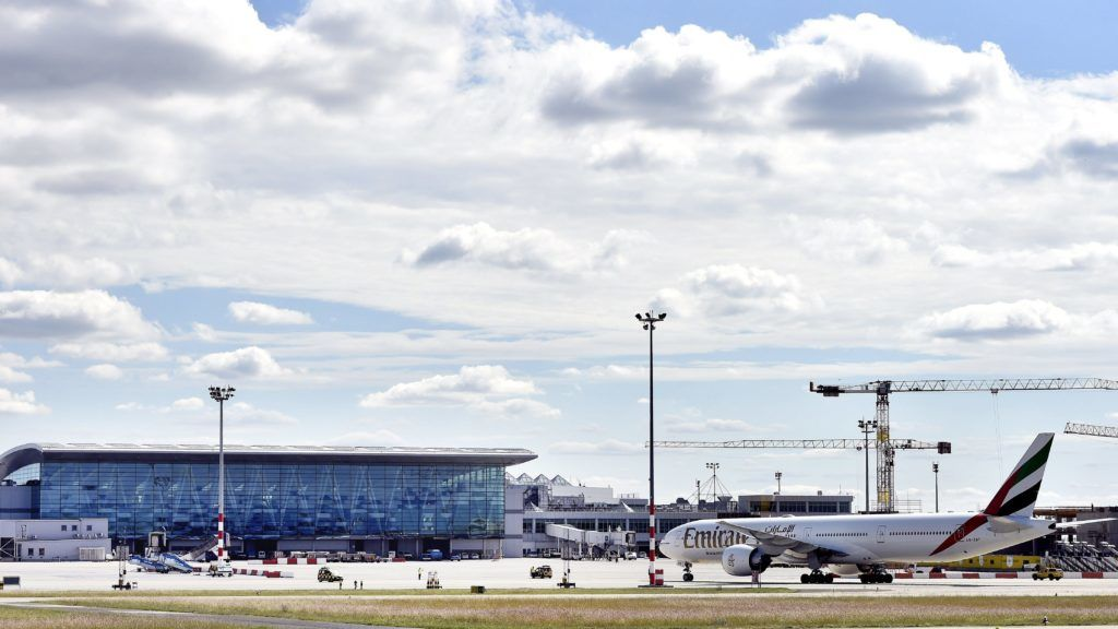 Budapest, 2017. szeptember 15. A Liszt Ferenc-repülõtér 2-es termináljának A és B épületeit összekötõ SkyCourt 2017. szeptember 15-én. A világ egyik legmodernebb repülõtéri tûzoltóautóját, az osztrák Rosenbauer gyár legújabb fejlesztésû Panther 6x6-os tûzoltó jármûvét adták át a Fõvárosi Katasztrófavédelmi Igazgatóság (FKI) kötelékébe tartozó Repülõtéri Hivatásos Tûzoltóparancsnokság tûzoltóinak. Az új tûzoltóautó érdekessége a korábbi modelleknél másfélszer nagyobb szivattyúteljesítmény (9000 liter percenként) és az a 16 méteres, hõkamerával felszerelt kinyitható oltókar, amivel még hatékonyabb lehet az oltás, akár az széles törzsû nagy repülõgépek esetében is mint a Boeing 777 vagy 747-8F, amelyek rendszeres vendégek a budapesti repülõtéren. MTI Fotó: Máthé Zoltán