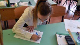 Budapest, 2018. május 8. Egy diák a matematika írásbeli érettségi vizsgán a XVI. kerületi Táncsics Mihály Általános Iskola és Gimnáziumban 2018. május 8-án. Az Oktatási Hivatal korábbi tájékoztatása szerint a 2005-ben bevezetett kétszintû érettségi vizsgarendszer 28. idõszakában 1.183 helyszínen összesen mintegy 110.700-an adnak számot tudásukról. MTI Fotó: Máthé Zoltán