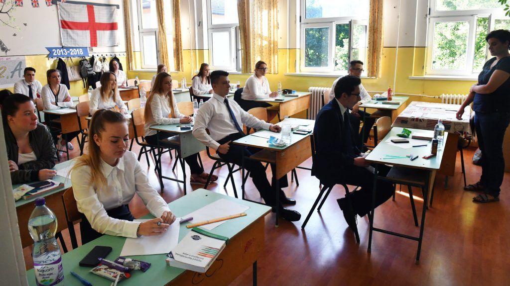 Budapest, 2018. május 8. Diákok a matematika írásbeli érettségi vizsga kezdete elõtt a XVI. kerületi Táncsics Mihály Általános Iskola és Gimnáziumban 2018. május 8-án. Az Oktatási Hivatal korábbi tájékoztatása szerint a 2005-ben bevezetett kétszintû érettségi vizsgarendszer 28. idõszakában 1.183 helyszínen összesen mintegy 110.700-an adnak számot tudásukról. MTI Fotó: Máthé Zoltán