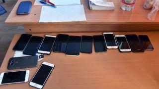 Budapest, 2018. május 8. Mobiltelefonok a tanári asztalon a matematika írásbeli érettségi vizsga kezdete elõtt a XVI. kerületi Táncsics Mihály Általános Iskola és Gimnáziumban 2018. május 8-án. Az Oktatási Hivatal korábbi tájékoztatása szerint a 2005-ben bevezetett kétszintû érettségi vizsgarendszer 28. idõszakában 1183 helyszínen összesen mintegy 110700-an adnak számot tudásukról. MTI Fotó: Máthé Zoltán