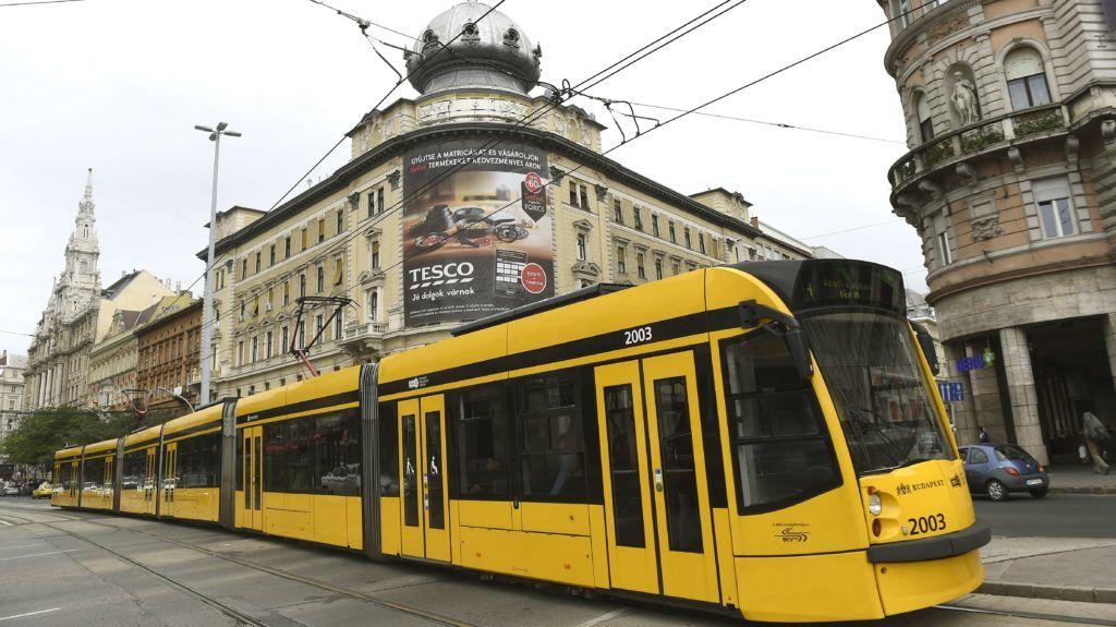 Budapest, 2017. szeptember 12. Combino villamos közlekedik a Nagykörúton, a Blaha Lujza térnél 2017. szeptember 12-én. Forgalomba állt a hatodik, FUTÁR-rendszerrel és a biztonságosabb utazást elõsegítõ fedélzeti kamerarendszerrel felszerelt Combino villamos. Az eszközök telepítése folyamatos, várhatóan 2018 tavaszára mind a 40 forgalomban lévõ szerelvény megjelenik az utazástervezõben, és kamerával felszerelve közlekedik majd a Nagykörúton, illetve az 1-es villamos vonalán. MTI Fotó: Bruzák Noémi