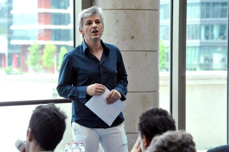 Budapest, 2012. május 24. Alföldi Róbert fõigazgató beszél sajtótájékoztatóján a Nemzeti Színházban, amelyen értékelte a 2011/2012-es évadot, és ismertette a 2012/2013-as évadra vonatkozó terveit. MTI Fotó: Soós Lajos