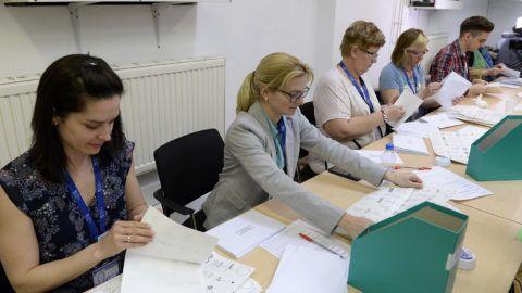 Budapest, 2018. április 8.Szavazatszámlálók ellenőrzik a levélszavazatokat a Nemzeti Választási Iroda (NVI) budapesti székházában az országgyűlési képviselő-választás napján, 2018. április 8-án.MTI Fotó: Soós Lajos