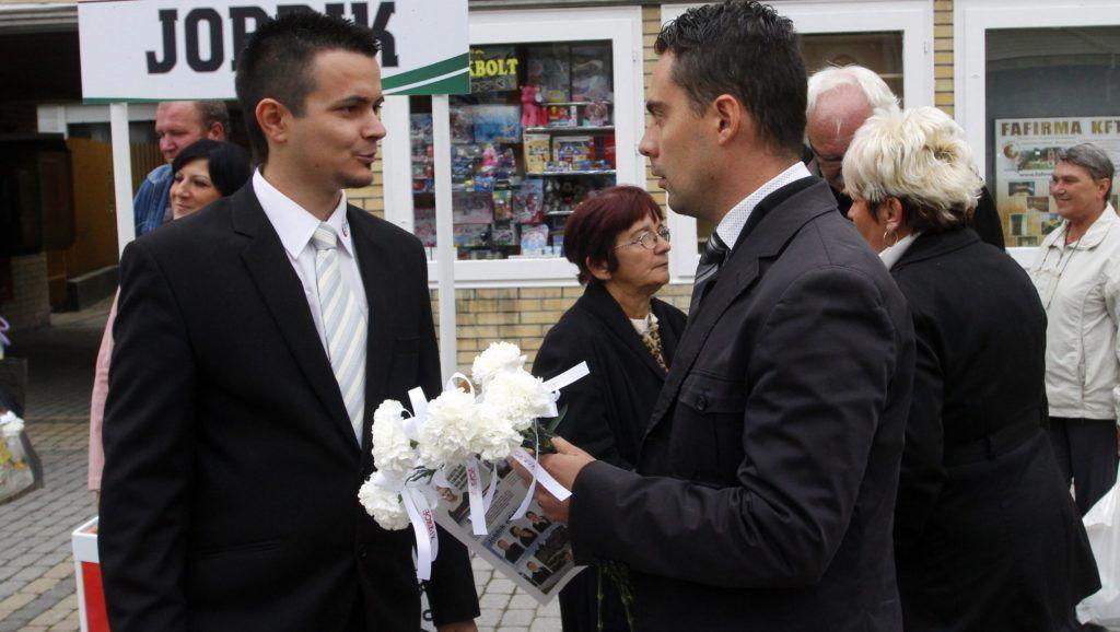 Ózd, 2014. október 7.  Vona Gábor, a Jobbik elnöke (j) és Janiczák Dávid, a párt helyi polgármesterjelöltje kampányolnak Ózdon 2014. október 7-én MTI Fotó: Vajda János