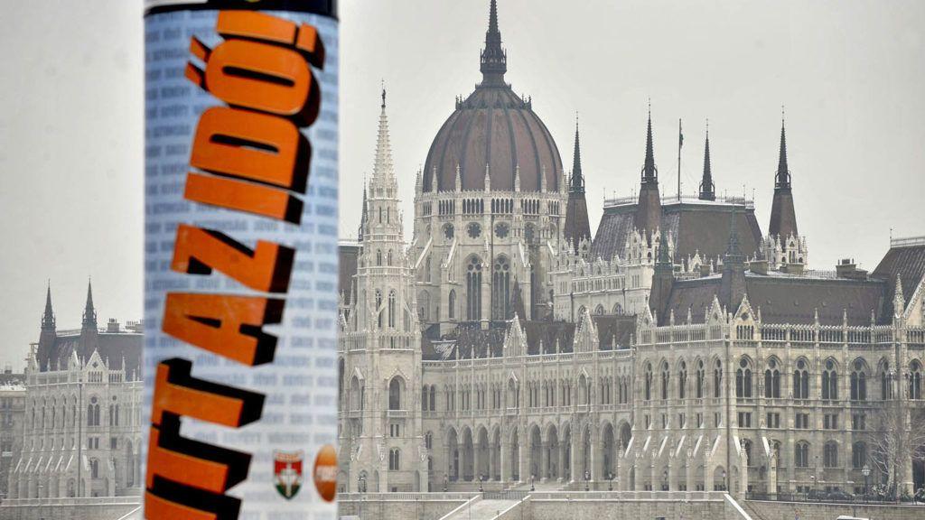 Budapest, 2010. január 19.A Fidesz választási plakátja a Bem rakparton. A háttérben a Parlament épülete.MTI Fotó: Beliczay László