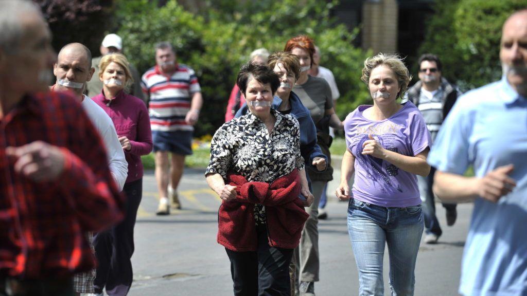 Budapest, 2011. május 3. Leragasztott szájú emberek futnak a Matgitszigeten, mert a Buteyko módszert, vagyis az orrlégzés tudatosítását tartják fontosnak az asztma, az allergia és más betegségek megelõzése érdekében. MTI Fotó: Beliczay László