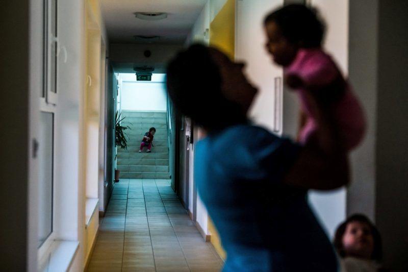 Érd, 2016. május 1. Egy anya gyermekével az érdi Lea Otthonban 2016. április 30-án. Az otthon a krízisben levõ fiatal nõket segíti anyaságukban, felnõtté válásukban és családi életre való készségükben. MTI Fotó: Balogh Zoltán