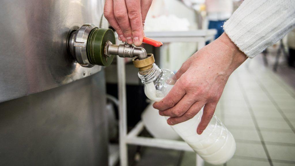 Budapest, 2017. január 2. Egy eladó friss tejet tölt mûanyag palackba Budapesten, a Fehérvári úti vásárcsarnokban 2017. január 2-án. A baromfihús és az étkezési tojás általános forgalmi adója (áfa) 27 százalékról, a friss tejé 18 százalékról 5 százalékra csökkent január 1-jén. MTI Fotó: Balogh Zoltán
