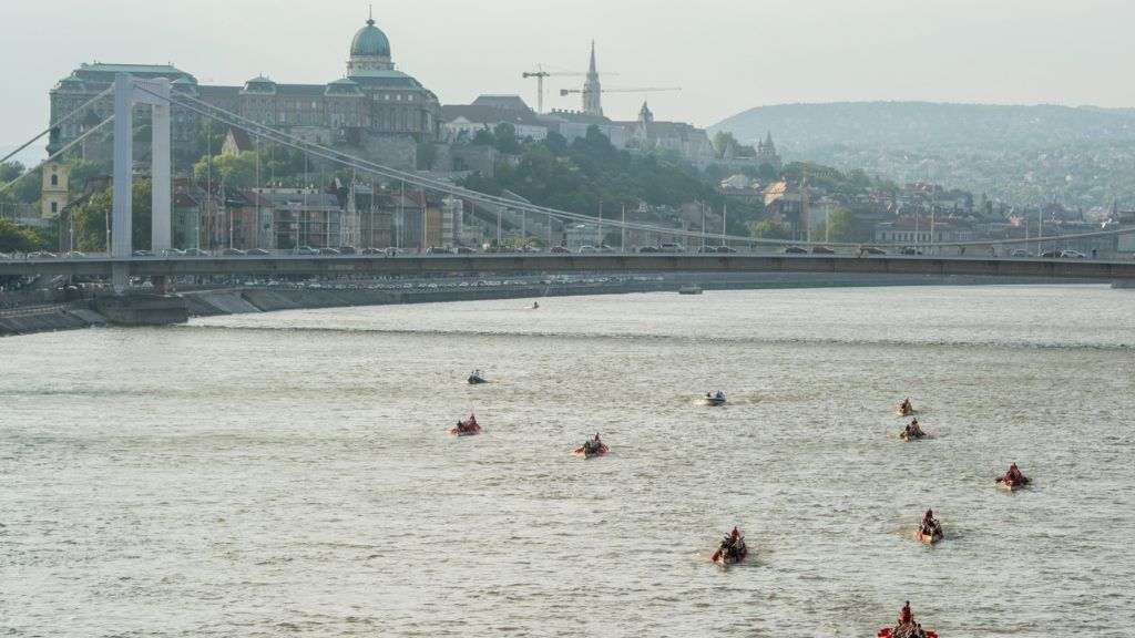 Budapest, 2017. május 6. Sárkányhajók versenye a budapesti Dunai Regatta egyetemi evezõsversenyen 2017. május 6-án. MTI Fotó: Balogh Zoltán