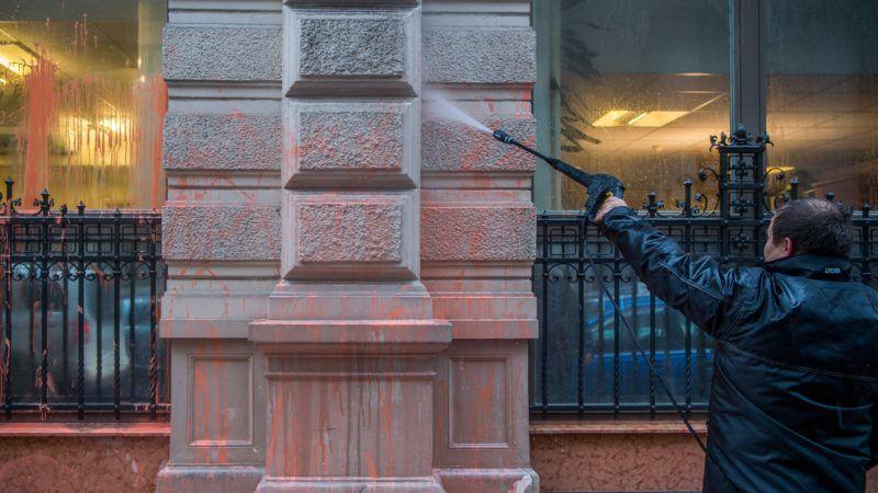 Budapest, 2018. január 17. Eltávolítják a festéket az Állami Számvevõszék (ÁSZ) fõvárosi, Apáczai Csere János utcai központjának épületérõl 2018. január 17-én. Az ÁSZ székházát a Közös Ország Mozgalom aktivistái a nap folyamán narancssárga festékkel festették le. Az elsõ becslések szerint a mûemléki védettségû épületben több százezer forintos kár keletkezett. MTI Fotó: Balogh Zoltán