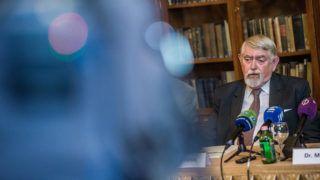 Budapest, 2018. április 18.Kásler Miklós, az Országos Onkológiai Intézet (OOI) főigazgatója az első Magyarországon elvégzett gyermek tüdőátültetéséről tartott sajtótájékoztatón a Semmelweis Egyetemen 2018. április 18-án. A 13 éves lánygyermek cisztás fibrózisban szenvedett, a hatórás műtétet március végén az Országos Onkológiai Intézet (OOI) bázisán működő Semmelweis Egyetem Mellkassebészeti Klinikáján végezték el.MTI Fotó: Balogh Zoltán
