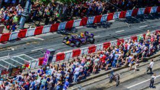 Budapest, 2018. május 1. Baumgartner Zsolt volt Forma-1-es versenyzõ bemutatója egy Formula Renault WSR 3.5 versenyautóval a hatodik alkalommal megrendezett Nagy Futam versenyautós bemutatón a belvárosi Károly körúton 2018. május 1-jén. MTI Fotó: Balogh Zoltán