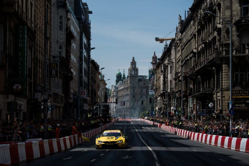 Budapest, 2018. május 1. Timo Glock, a német túraautó-bajnokságban (DTM) szereplõ BMW csapat német pilótája a hatodik alkalommal megrendezett Nagy Futam versenyautós bemutatón a belvárosi Kossuth Lajos utcában 2018. május 1-jén. MTI Fotó: Balogh Zoltán