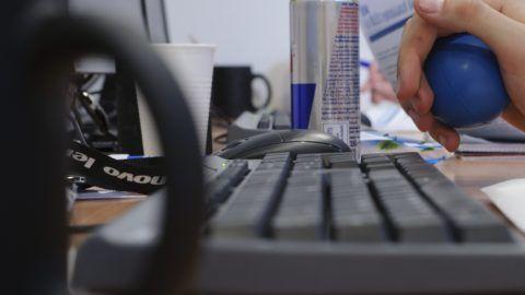 Debrecen, 2011. november 4. Stresszlabdát fog a kezében egy résztevõ a Debreceni Egyetem informatikai karának épületében a 48 órás programozóversenyen. Az IBM Magyarország Kft. szervezésében, hatvan fiatal programozónak két nap alatt kell megoldást találniuk egy magyar nonprofit szervezet informatikai problémájára. Nem hagyhatják el az épületet, a külvilággal sem telefonon, sem interneten keresztül nem kommunikálhatnak. Az idei verseny feladata korszerûsíteni a Minden Gyerek Lakjon Jól Alapítvány adományosztási rendszerét egy online platform kialakításával.  MTI Fotó: Czeglédi Zsolt