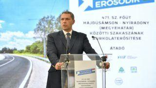 Nyíradony, 2017. augusztus 11. Lázár János, a Miniszterelnökséget vezetõ miniszter beszédet mond a felújított 471. számú fõút elsõ szakaszának átadásán Nyíradonyban 2017. augusztus 11-én. A hajdú-bihari megyehatárig terjedõ, megerõsített burkolatú 16 kilométeres út felújítása nettó 5,5 milliárd forintba került. MTI Fotó: Czeglédi Zsolt