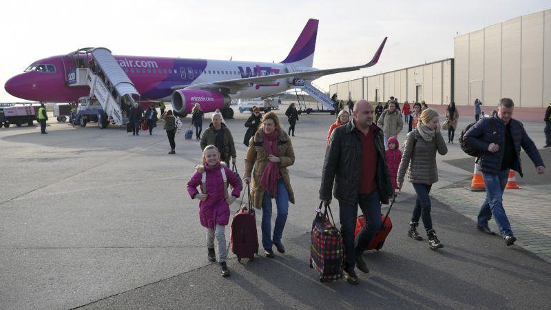 Debrecen, 2017. december 18. A WizzAir légitársaság Debrecen-Moszkva járata, egy Airbus A320 típusú repülõgép és utasai a landolás után a Debreceni Nemzetközi Repülõtéren 2017. december 18-án. MTI Fotó: Czeglédi Zsolt