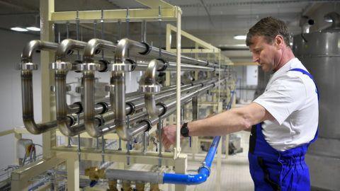 Szirmabesenyő, 2018. március 27.Egy dolgozó a műanyag termékek előállításával és forgalmazásával foglalkozó Ongropack Kft. szirmabesenyői gyárában, az avatása napján 2018. március 27-én.MTI Fotó: Czeglédi Zsolt