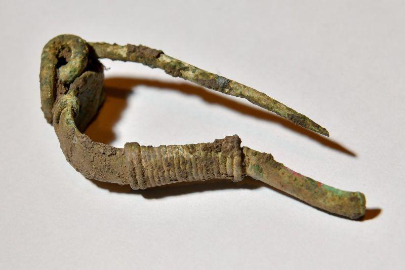 Debrecen, 2018. május 2. Ezüstbõl készült fibula (ruhakapocs) a debreceni Déri Múzeumban 2018. május 2-án. A múzeum régészei április 26-án régészeti és történeti szempontból kiemelkedõ jelentõségû leletegyüttesre bukkantak Derecske határában, egy gázvezeték nyomvonalán végzett régészeti feltárás közben. A sírban egy férfi, egy nõ, egy 10-14 év körüli és egy 1,5-2 éves gyerek csontvázára bukkantak, akiket a római császárkori szarmatáknál jellemzõ módon, háton fekvõ, nyújtott pózban, dél-északi tájolással helyeztek el. MTI Fotó: Czeglédi Zsolt
