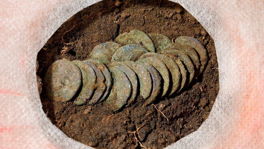 Debrecen, 2018. május 2. Római ezüstdénárokból álló éremegyüttes a debreceni Déri Múzeumban 2018. május 2-án. A múzeum régészei április 26-án régészeti és történeti szempontból kiemelkedõ jelentõségû leletegyüttesre bukkantak Derecske határában, egy gázvezeték nyomvonalán végzett régészeti feltárás közben. A sírban egy férfi, egy nõ, egy 10-14 év körüli és egy 1,5-2 éves gyerek csontvázára bukkantak, akiket a római császárkori szarmatáknál jellemzõ módon, háton fekvõ, nyújtott pózban, dél-északi tájolással helyeztek el. MTI Fotó: Czeglédi Zsolt