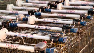 Győr, 2017. szeptember 8.Bevásárlókocsik a győri Tesco hipermarket áruház előtt 2017. szeptember 8-án. Az áruházlánc sajtóosztályának tájékoztatás szerint az áruházak többsége a dolgozók egy részének sztrájkja ellenére továbbra is nyitva tart.MTI Fotó: Krizsán Csaba