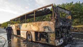 Pécel, 2018. május 21. Kiégett autóbusz az M0-s autóút M3-as autópálya felé vezetõ irányában a 48-as kilométernél, Pécel közelében 2018. május 21-én. Az eddig tisztázatlan okból kigyulladt, gyermekeket és tanáraikat szállító buszt mindenki elhagyta idõben, nem sérült meg senki. MTI Fotó: Lakatos Péter