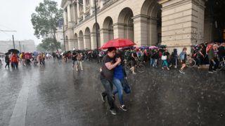 Budapest, 2018. május 8. Jégesõ a 3.0 Mi vagyunk a többség - Tüntetés a demokráciáért! címmel meghirdetett demonstráció alatt Budapesten, a Kossuth Lajos téren 2018. május 8-án. MTI Fotó: Mónus Márton
