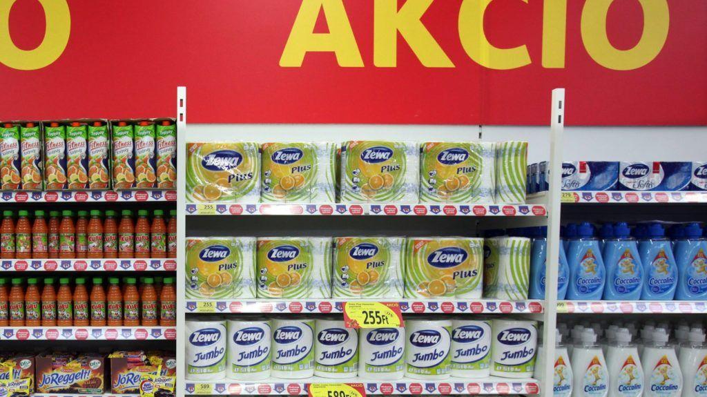 Dunakeszi, 2009. szeptember 3. Akciós termékek a Dunakeszin felavatott Tesco hipermarketben. MTI Fotó: Mohai Balázs