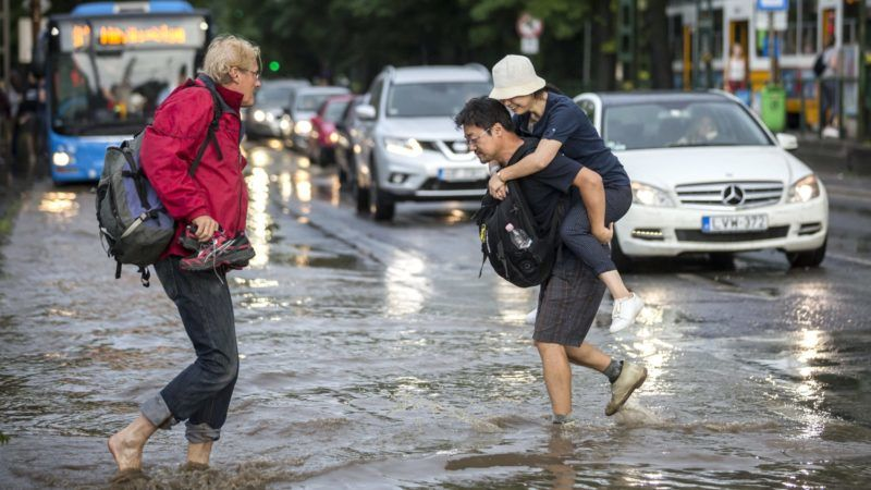 Budapest, 2018. május 12. Járókelõk felhõszakadás után a vízzel borított Szilágyi Erzsébet fasoron 2018. május 12-én. MTI Fotó: Mohai Balázs