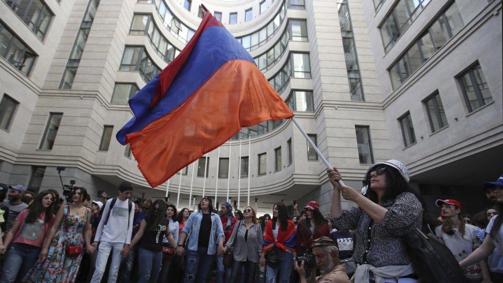 Jereván, 2018. május 2. Nikol Pasinján örmény ellenzéki vezetõ támogatói tüntetnek a jereváni oktatási minisztérium elõtt 2018. május 2-án. Az elõzõ napon a parlament rendkívüli ülésén nem választotta meg Pasinjánt miniszterelnökké, aki a döntés miatt tömeges polgári engedetlenségi akciók indítására szólította fel híveit, akik számos utat elzártak a forgalom elõl. (MTI/AP/Thanászisz Sztavrakisz)