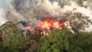 Pahoa, 2018. május 17. Az amerikai földtani intézet (USGS) által közreadott képen láva ömlik ki a Kilauea tûzhányó kitörésének hatására keletkezett repedésekbõl a hawaii Pahoa környékén 2018. május 16-án. A gázfelhõk egy-két kilométeres magasságba emelkednek. (MTI/AP/U.S. Geological Survey)