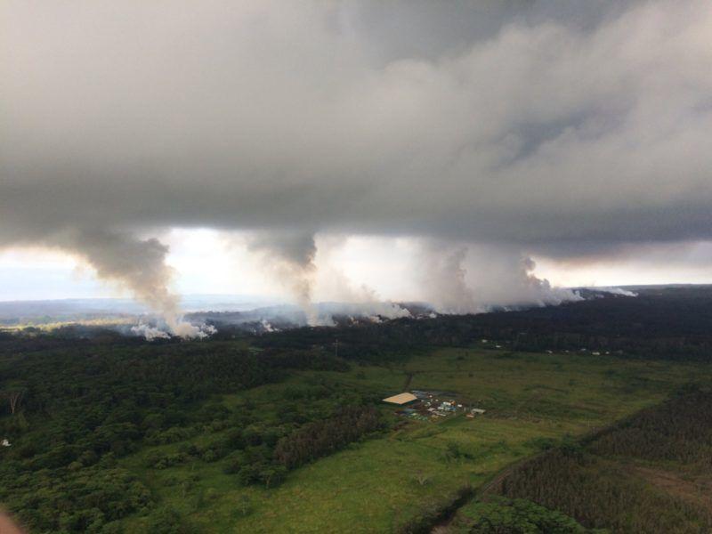Pahoa, 2018. május 17. Az amerikai földtani intézet (USGS) által közreadott képen mérgezõ kén-dioxid emelkednek a felhõkbe a Kilauea tûzhányó kitörésének hatására keletkezett repedésekbõl a hawaii Pahoa környékén 2018. május 16-án. A gázfelhõk egy-két kilométeres magasságba emelkednek. (MTI/AP/U.S. Geological Survey)