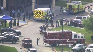 Santa Fé, 2018. május 18.  Videóról készült felvétel mentõ- és tûzoltóautókról a texasi Santa Fé város középiskolájánál, ahol egy lövöldözés során legkevesebb nyolc embert életét vesztette és többen megsérültek 2018. május 18-án.  (MTI/AP/KTRK-TV ABC13)