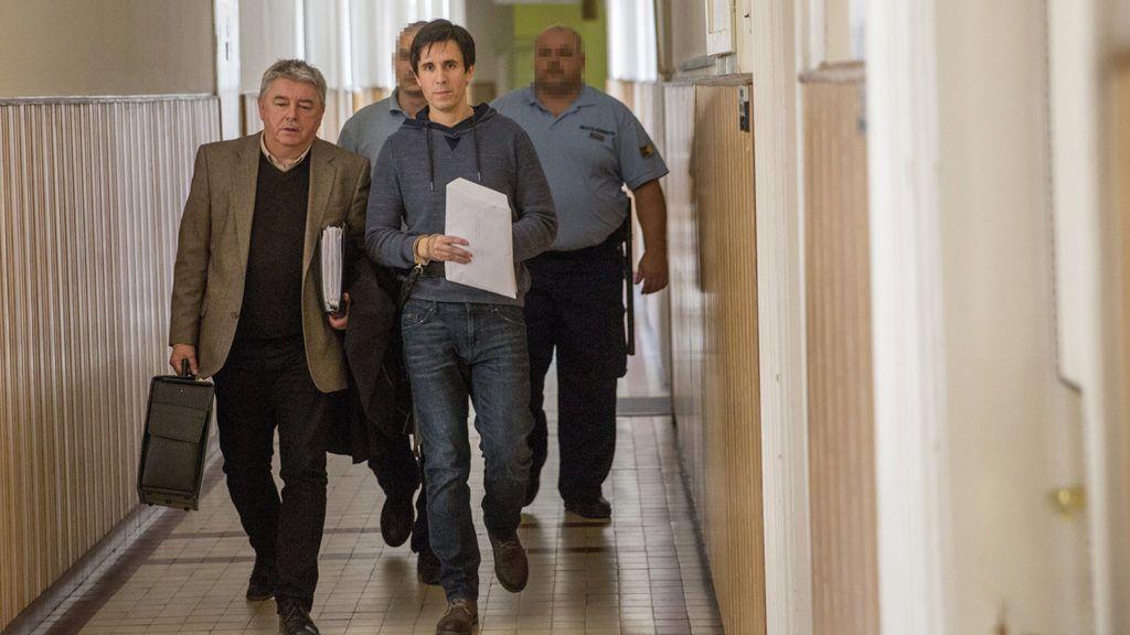 Szeged, 2018. április 4.Czeglédy Csaba (k) a Szegedi Járásbíróság folyosóján érkezik ügyvédjével, Hankó-Faragó Miklóssal (b) 2018. április 4-én. A Csongrád Megyei Főügyészség indítványozta előzetes letartóztatásának három hónappal történő meghosszabbítását. Czeglédy Csaba (Éljen Szombathely!-MSZP-DK-Együtt) szombathelyi önkormányzati képviselőt március 1-jén engedték ki a börtönből, miután képviselőjelölt lett, így megillette a mentelmi jog. Ezt azonban a Nemzeti Választási Bizottság március 2-án felfüggesztette, aznap este ismét őrizetbe vették, majd a bíróság harminc napra elrendelte előzetes letartóztatását.MTI Fotó: Rosta Tibor