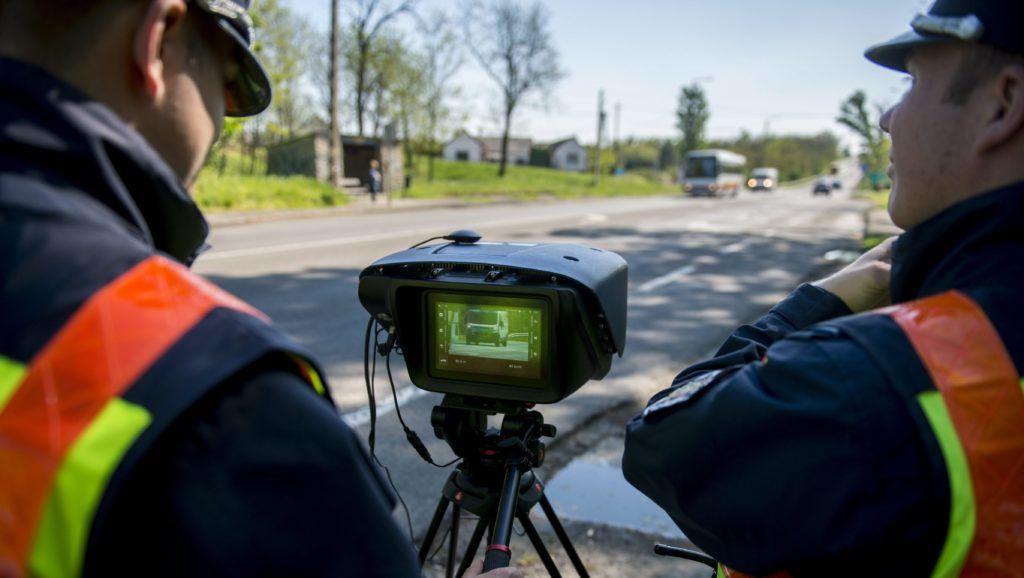 Pécs, 2016. április 21. Rendõrök a Véda automata közlekedés-ellenõrzési rendszer egyik sebességmérõjével a 6-os fõúton, Pécs határában 2016. április 21-én. Csaknem kilencszáz magyarországi helyszínen ellenõrzi a rendõrség a sebességhatár túllépését reggel hat óra óta 24 órán keresztül a Speedmarathon nemzetközi akció keretében. MTI Fotó: Sóki Tamás