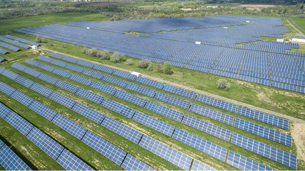 Pécs, 2018. április 18.Az MVM Hungarowind Kft. 10 MW kapacitású, pécsi fotovoltaikus, napelemes erőműve 2018. április 18-án. A naperőmű évente 10,115 millió kWh villamos energia előállítására képes mindenfajta károsanyag-kibocsátás nélkül, minimális üzemeltetési költség mellett.MTI Fotó: Sóki Tamás