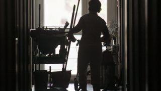 Budapest, 2013. április 26. Takarítás az Olajág Otthonok Paskálban, az egykori Arany Alkony idõsotthonban, ahol sajtótájékoztatón jelentették be 2013. április 26-án, hogy az Egységes Magyarországi Izraelita Hitközség (EMIH) átvette az intézményt. MTI Fotó: Szigetváry Zsolt