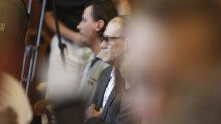 Budapest, 2016. július 12.Tarsoly Csaba (k) a tárgyalóteremben az ellene és társai ellen indított büntetőper tárgyalásán a Fővárosi Törvényszéken 2016. július 12-én. Az ügyészség öt vádpontban 5458 rendbeli csalást és sikkasztást ró a vádlottak terhére. A Tarsoly Csabát érintő cselekmények száma a vád szerint 753 rendbeli.MTI Fotó: Szigetváry Zsolt