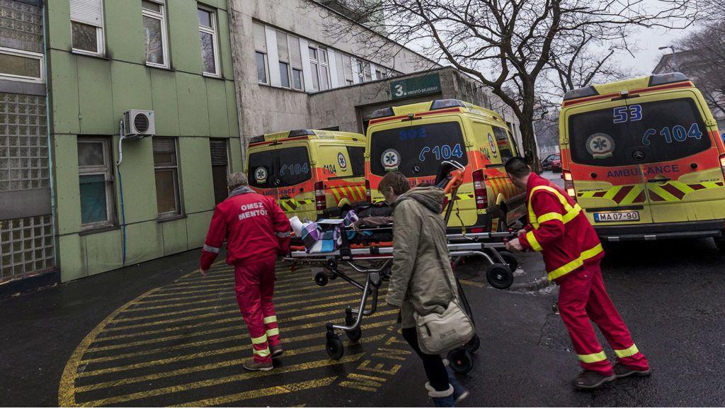 Budapest, 2017. január 31.Mentőautók állnak a Péterfy Sándor utcai Kórház - Rendelőintézet és Baleseti Központ mentőbejárata előtt a VIII. kerületi Gázláng utcában 2017. január 31-én. Ezen a napon a fővárosra hullott ónos eső miatt húsz százalékkal megnőtt a balesetben megsérültek száma.MTI Fotó: Szigetváry Zsolt