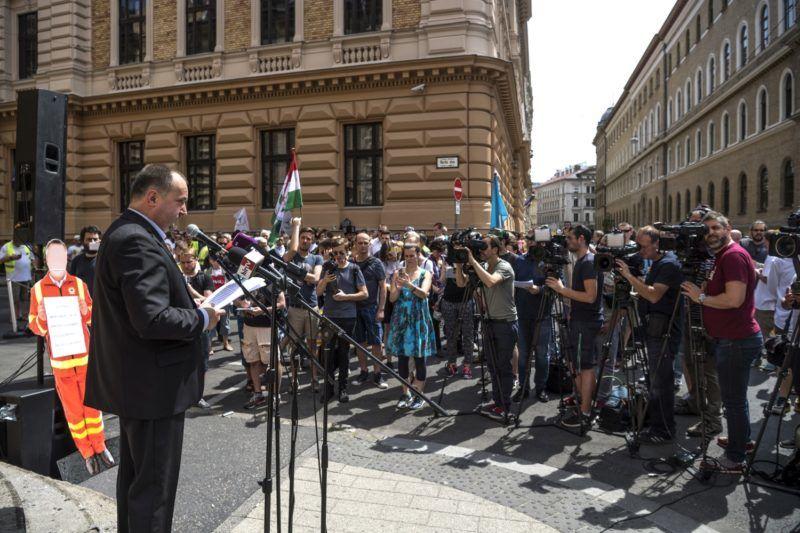 Budapest, 2017. május 31. Kusper Zsolt, a MOMSZ elnöke beszédet mond a Magyarországi Mentõdolgozók Szövetsége (MOMSZ), valamint a Rendészeti és Közigazgatási Dolgozók Szakszervezetének mentõ tagszervezete által rendezett tiltakozáson Budapesten, az Országos Mentõszolgálat Markó utcai székháza elõtt 2017. május 31-én. MTI Fotó: Szigetváry Zsolt